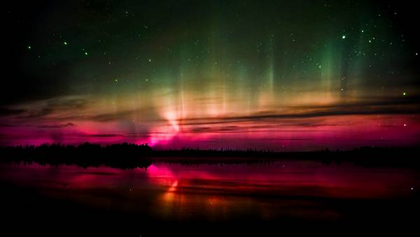 red lights aurora borealis - Wallpaper