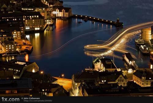Expressboat leaving © John Colbensen
